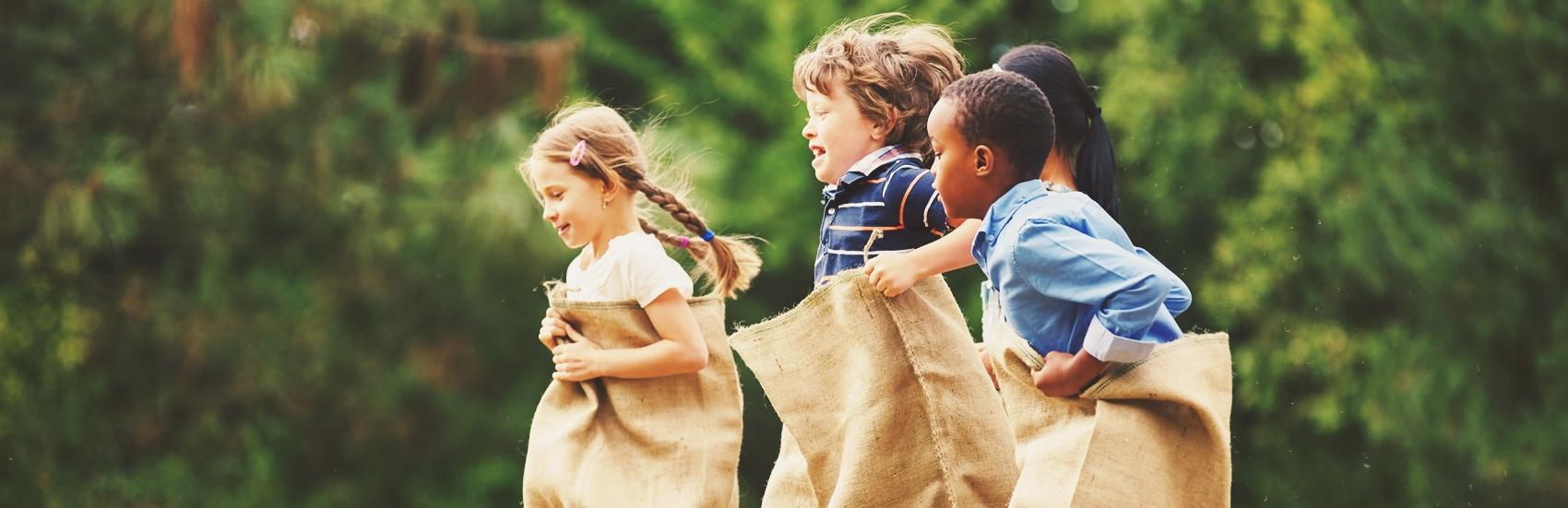 Gruppe Kinder beim Sackhpfen